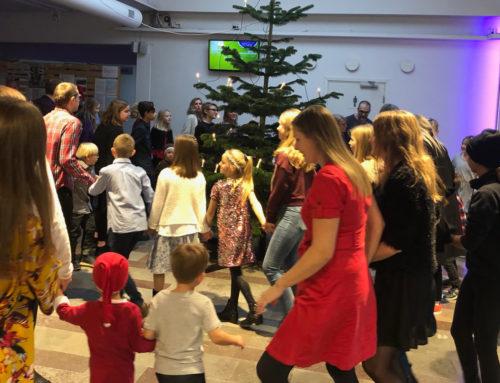 Barn och familj i kyrkan
